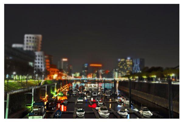 Düsseldorf Medienhafen bei Nacht im Miniatureffekt