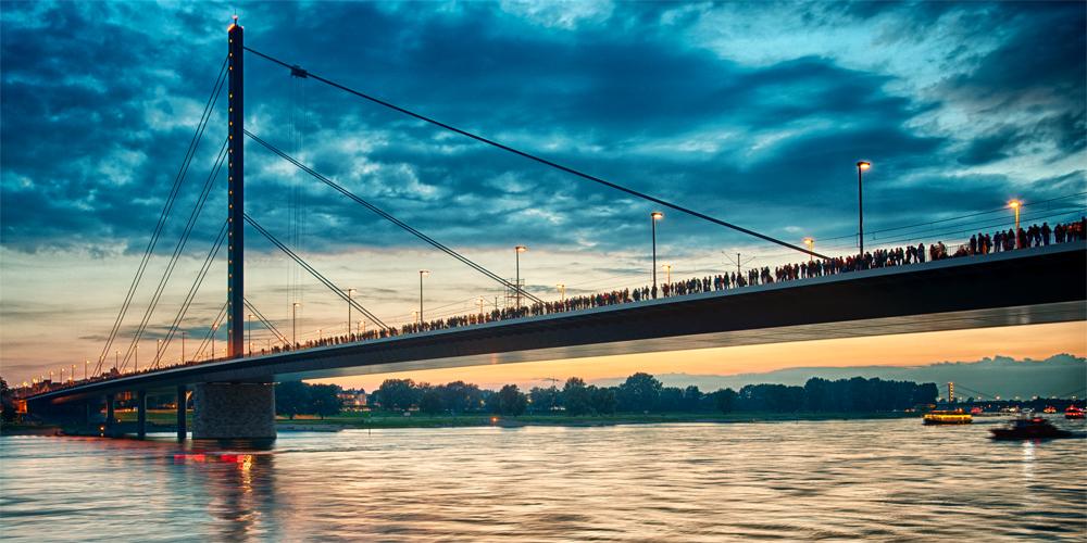 Düsseldorf, Oberkasseler Brücke am Abend