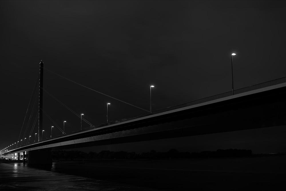 Düsseldorf / Oberkasseler Brücke bei Nacht