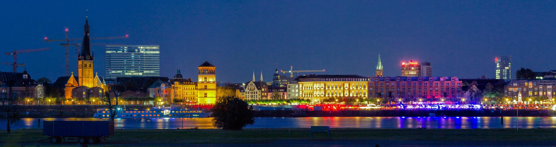 Düsseldorf Panorama Rheinpromenade zur Blauen Stunde