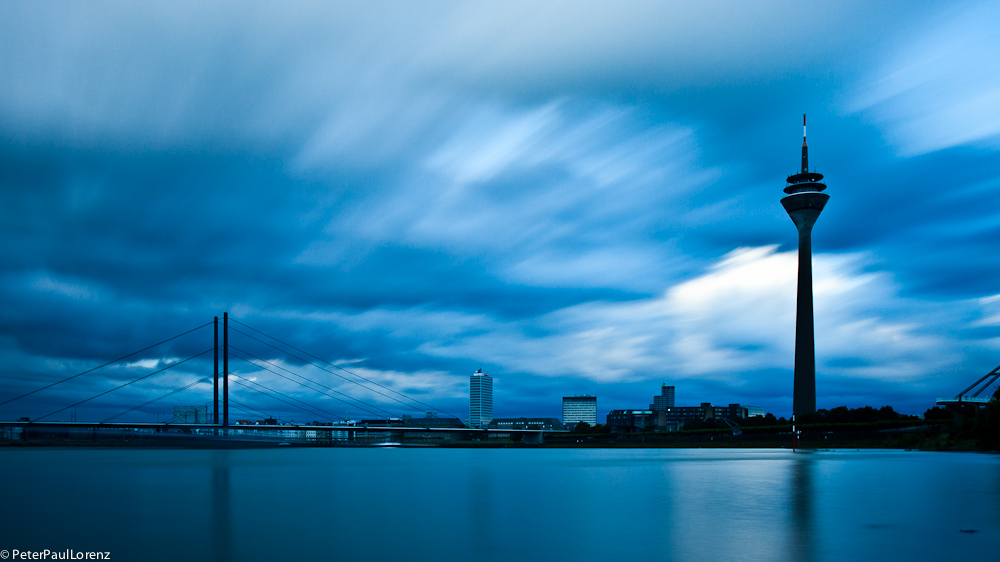 Düsseldorf. Rhein. Wolken