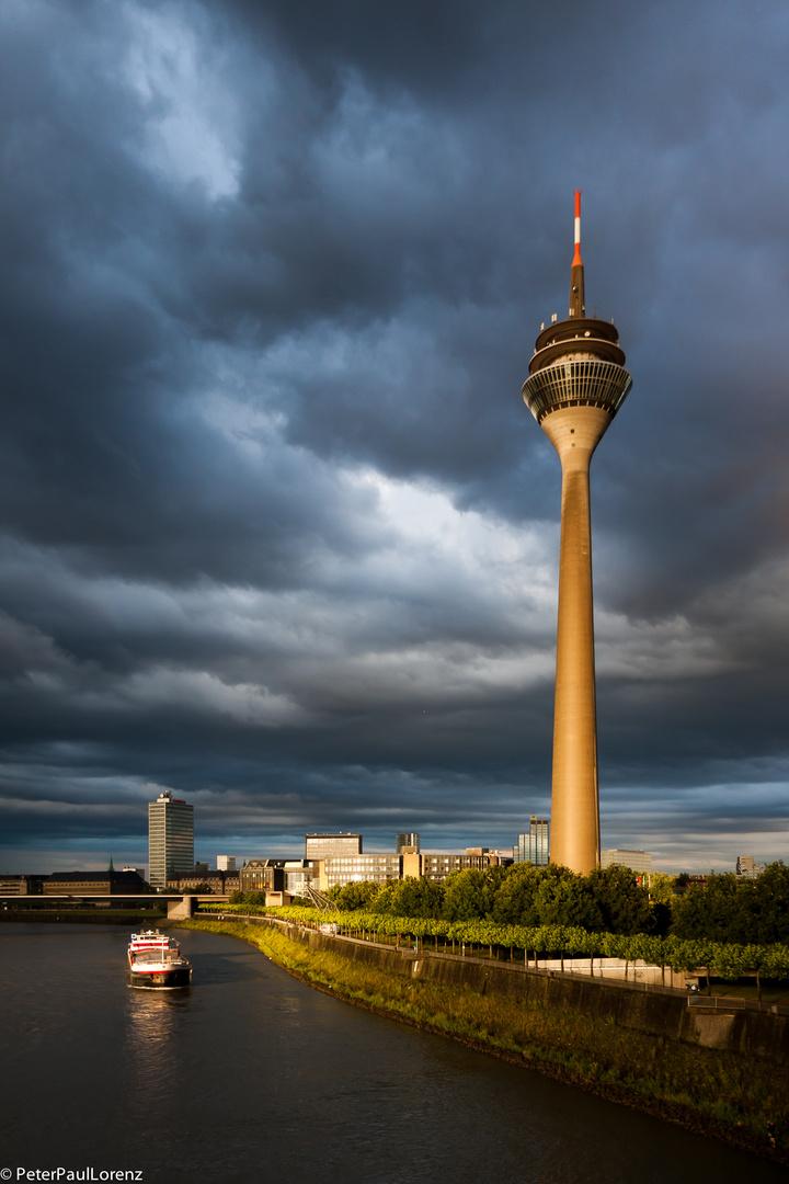 Düsseldorf. Rheinturm. Boot. Rhein. Wolken