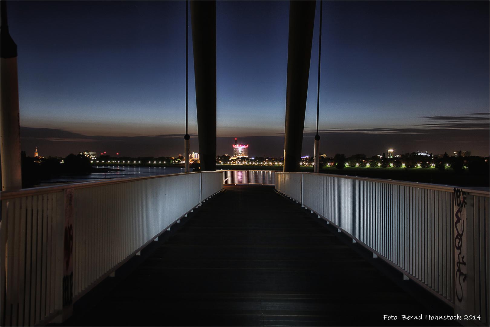 Düsseldorfer Brücke zum Medienhafen ....