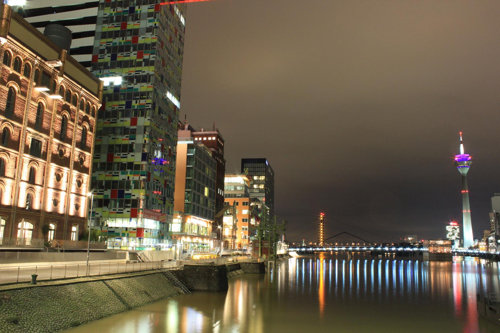 Düsseldorfer Gassen und der Fernsehturm