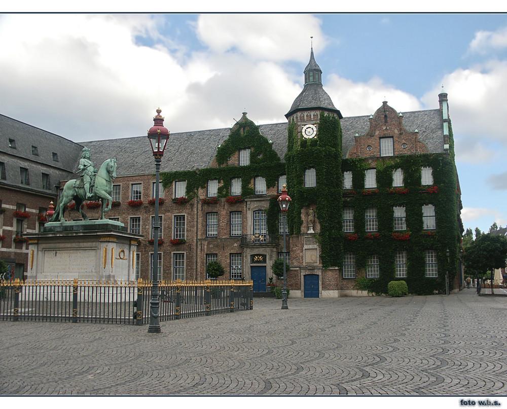 Düsseldorfer Rathaus mit Jan Wellem Denkmal