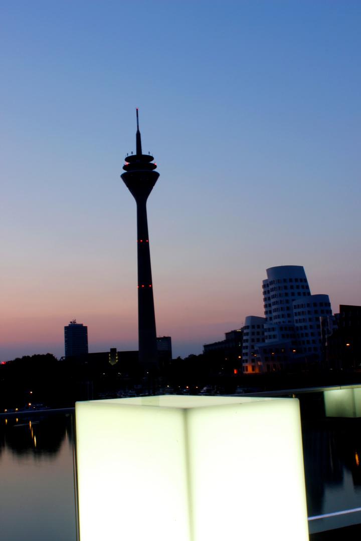 Düsseldorfer Rheinturm bei Sonnenaufgang