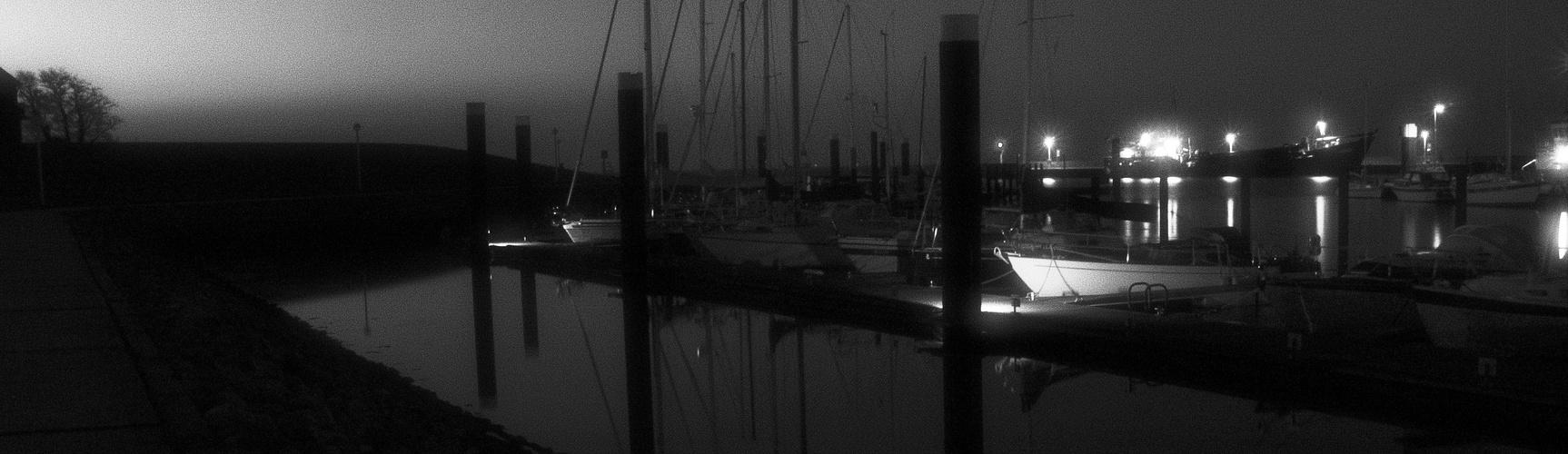 düstere Stimmung im Yachthafen WHV's