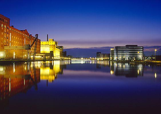 Duisburg - Innenhafen in der Abenddämmerung