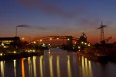 Duisburger Hafen in der blauen Stunde