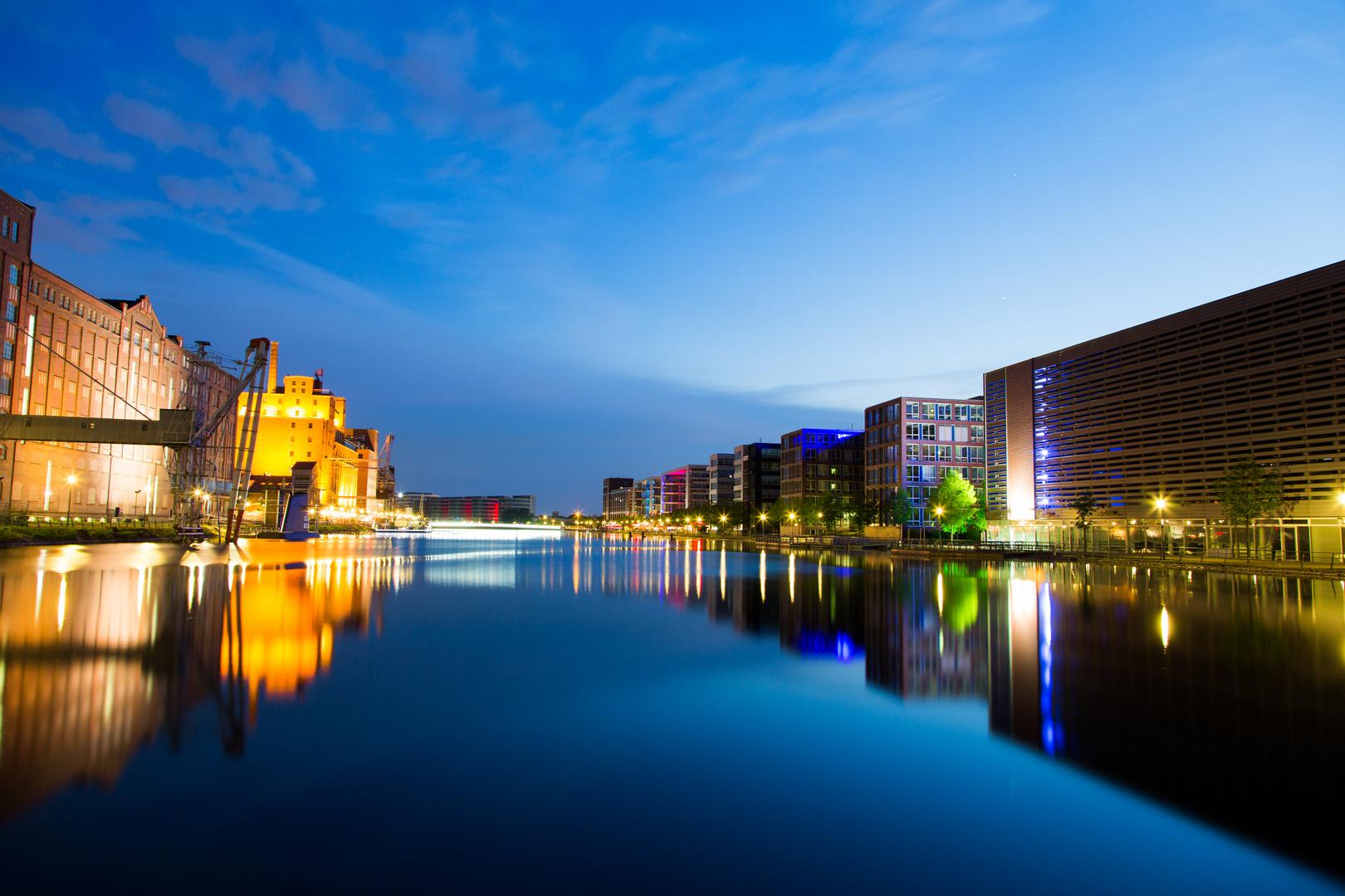 Duisburger Innenhafen zur blauen Stunde