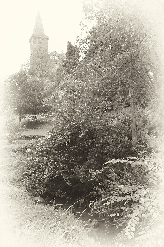 Dunfirmline Abbey im Nebel