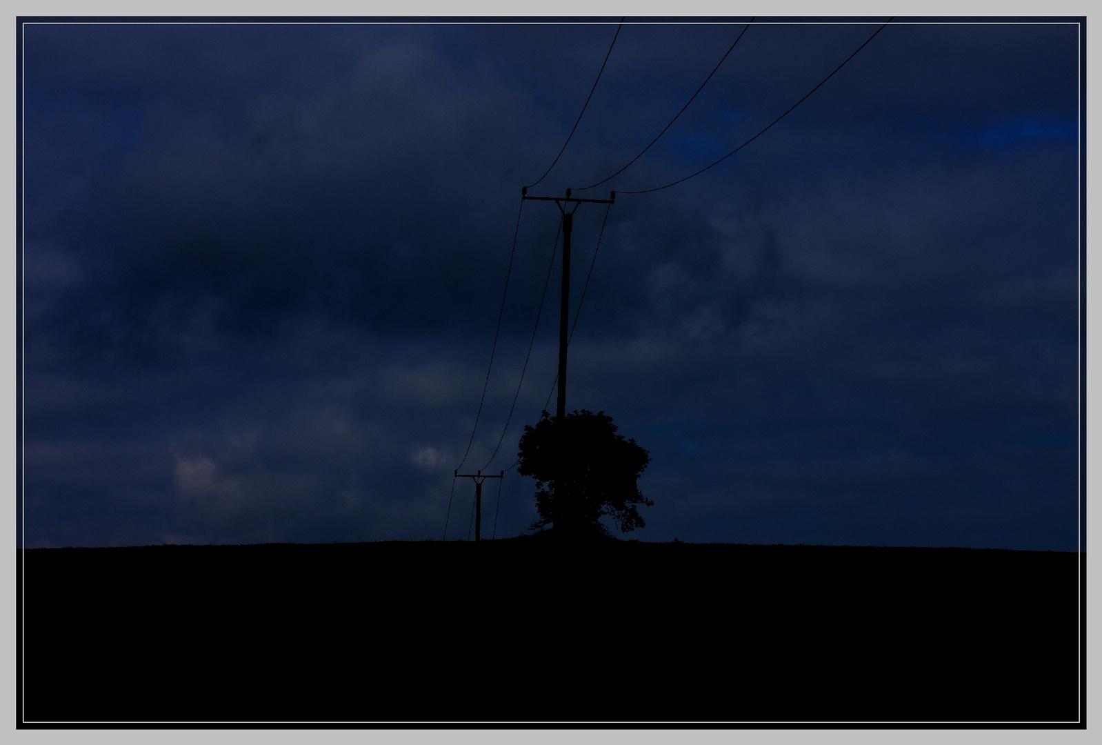 Dunkel und blau