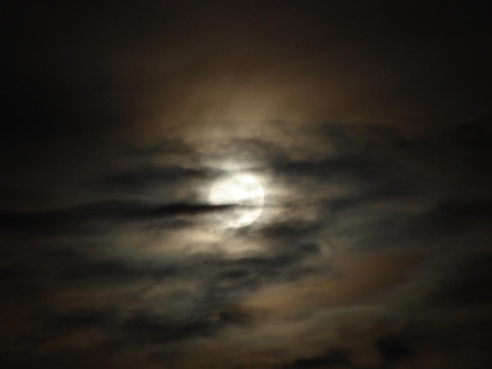 dunkel wars, der Mond schien helle