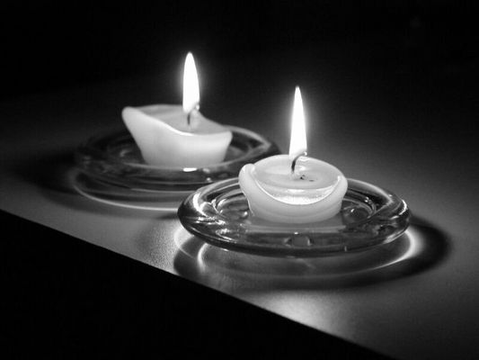 Dunkle Kerzen
