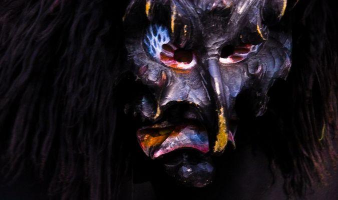 Dunkle Maske