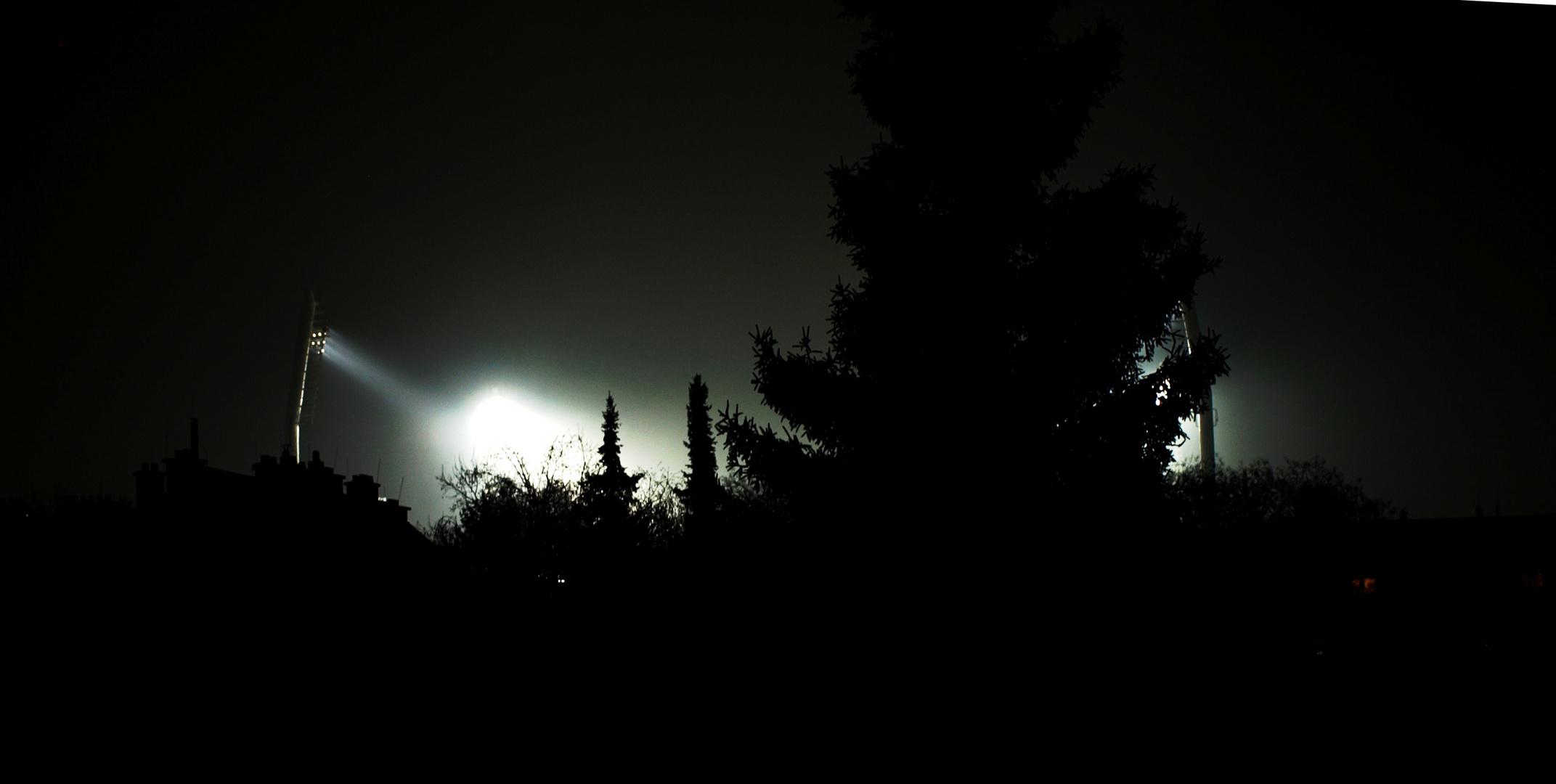 Dunkle Nacht mit hellem Schein