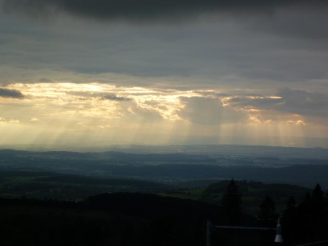Dunkle Wolken mit Sonnenstrahlen auf Hoherodskopf