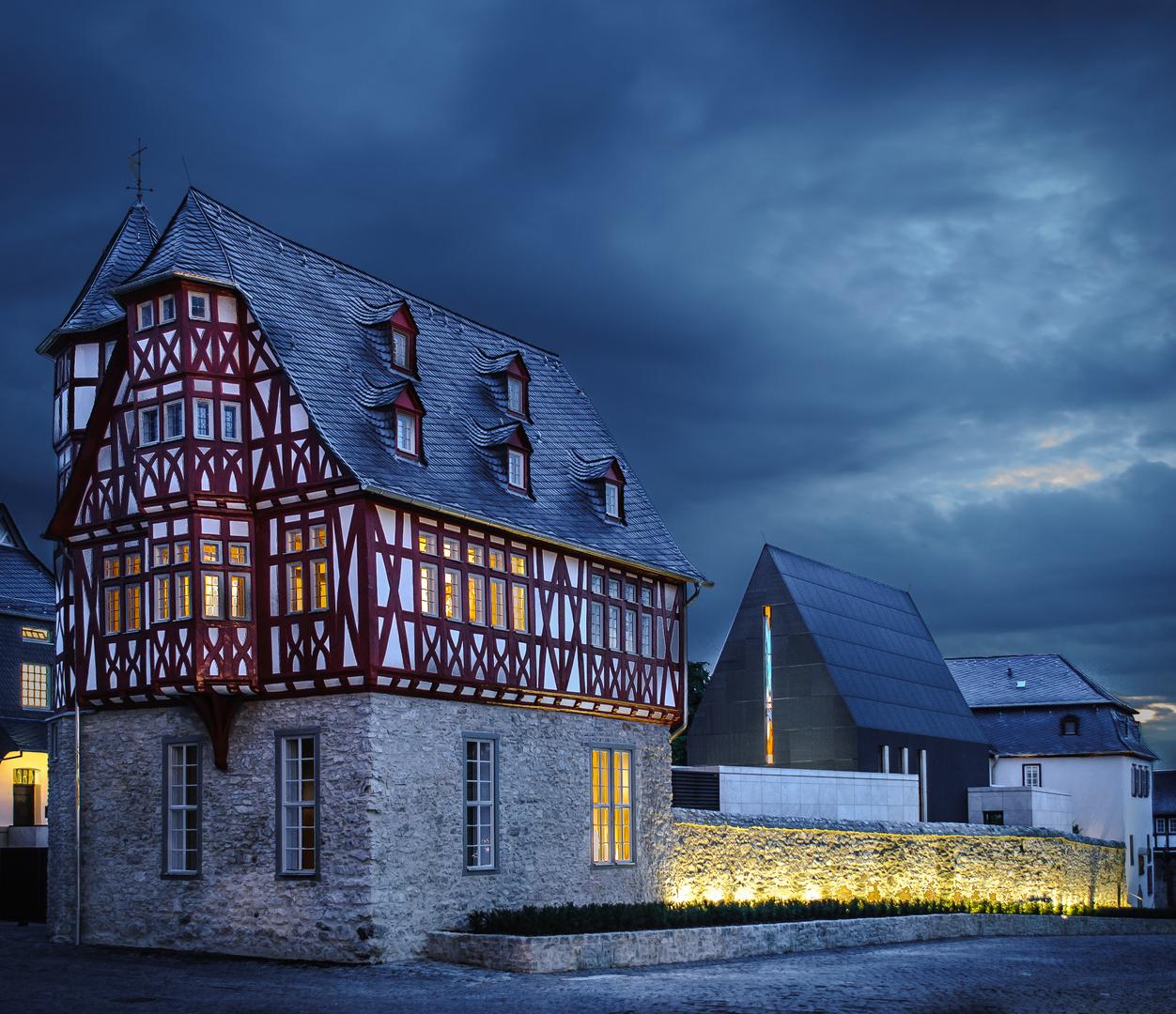 Dunkle Wolken über dem Bischofssitz in Limburg