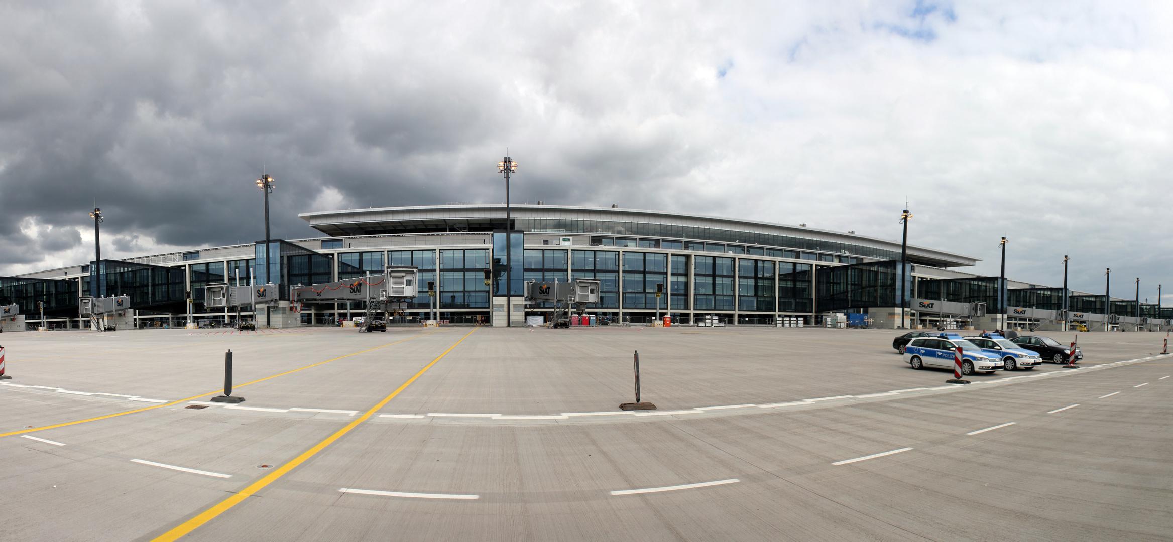 Dunkle Wolken über dem Flughafen