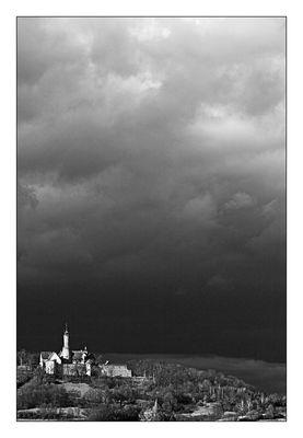 Dunkle Wolken über der Burg
