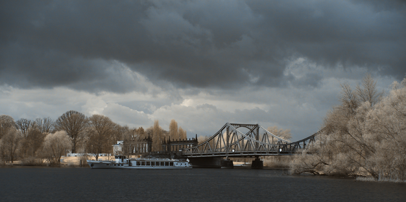 Dunkle Wolken über der Glienicker Brücke