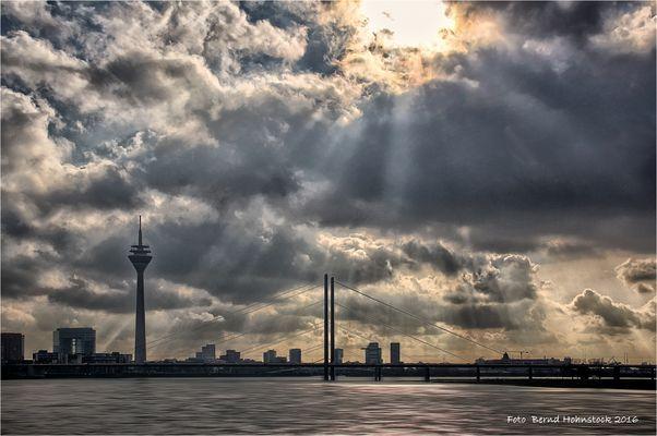 Dunkle Wolken über Düsseldorf ....