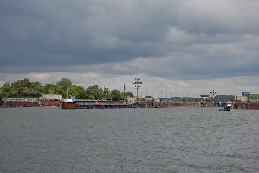 Dunkle Wolken , über Kiel Holtenau
