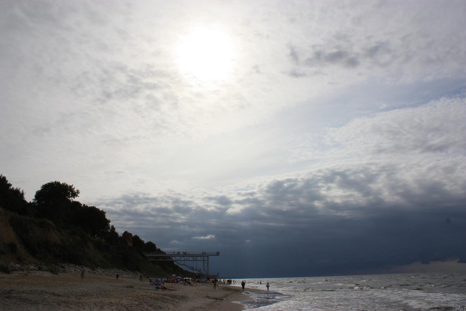 Dunkle Wolken über Ostseestrand