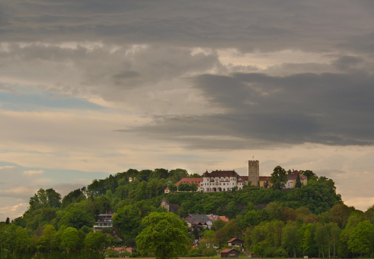 Dunkle Wolken über Schloss Neubeuern