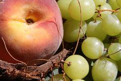 Durazno y uvas