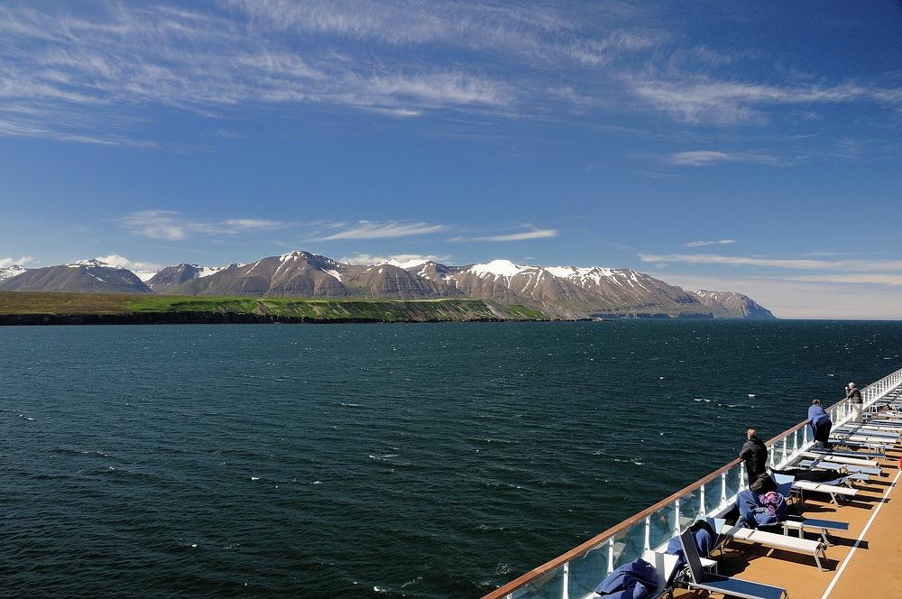 Durch das Fjord Eyjafjörður verlassen wir die Stadt Akureyri (Island)...
