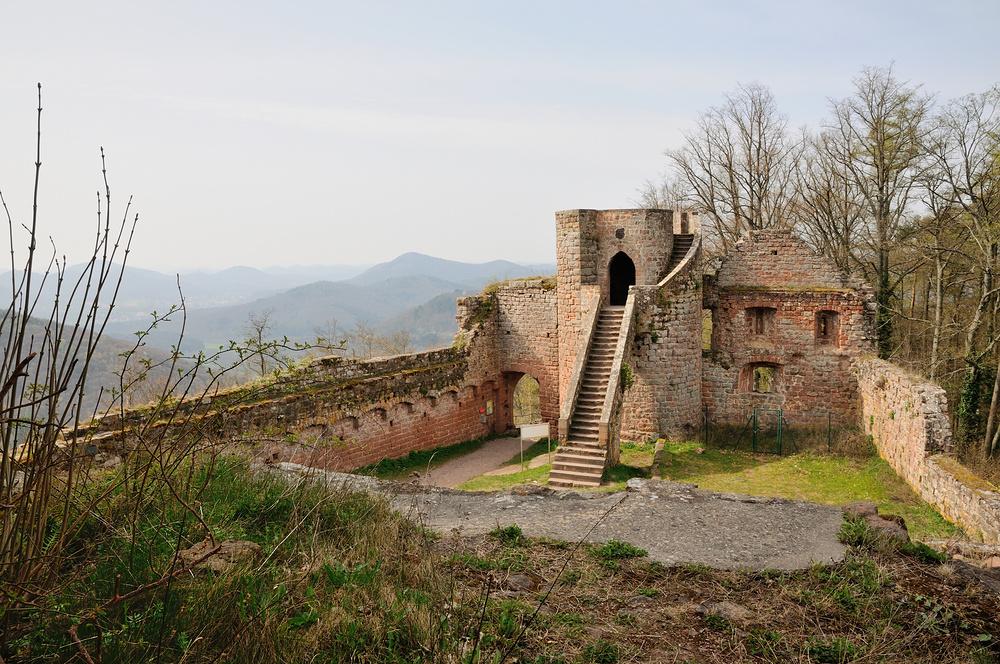 Durch den Torbau mit Flankierungsturm,verlassen wir die Ruine...