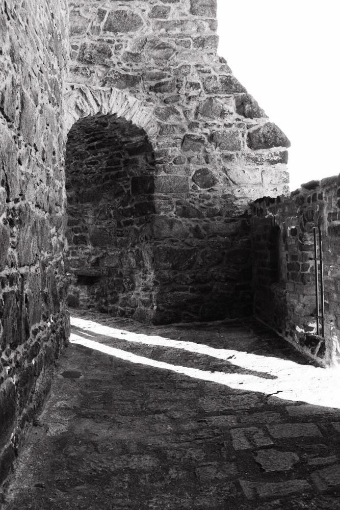 Durch die etliche Sinnflut von Helligkeit, werfe ich Schatten, die ewigen Frust offenbaren.