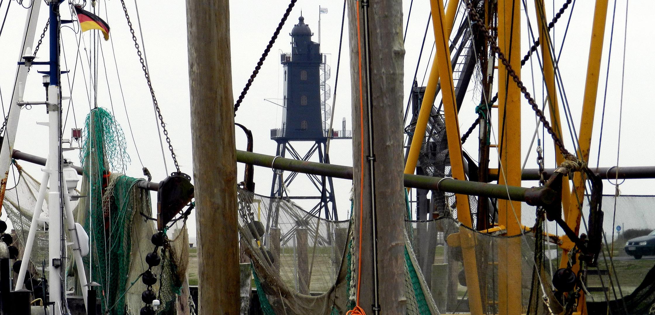 Durch die Krabbenkutter fotografiert: Der Leuchtturm Obereversand in Dorum