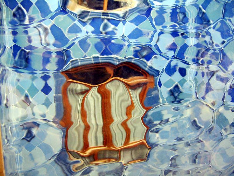 durch Gaudi's Glass in Casa Battlo