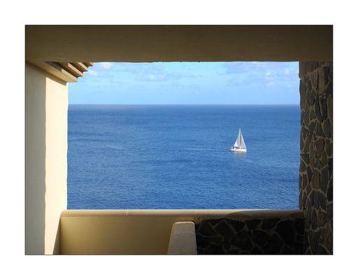 Durchblick mit Segelboot