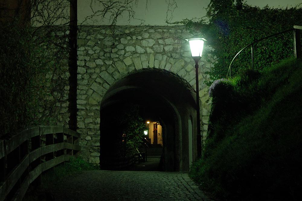Durchgang bei Nacht