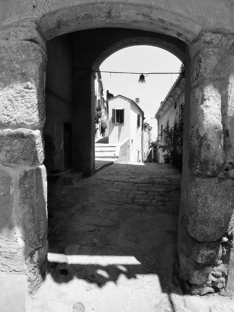 Durchgang und Blick auf ein schmales Haus