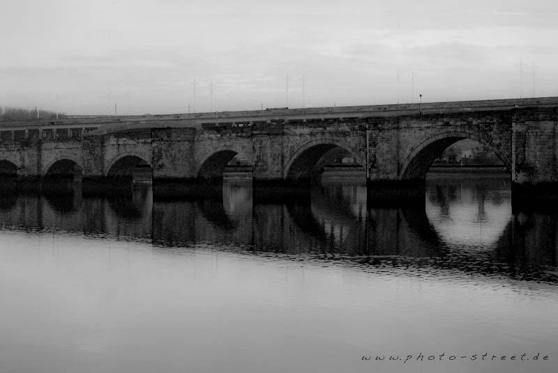 Durchlöcherte Brücke