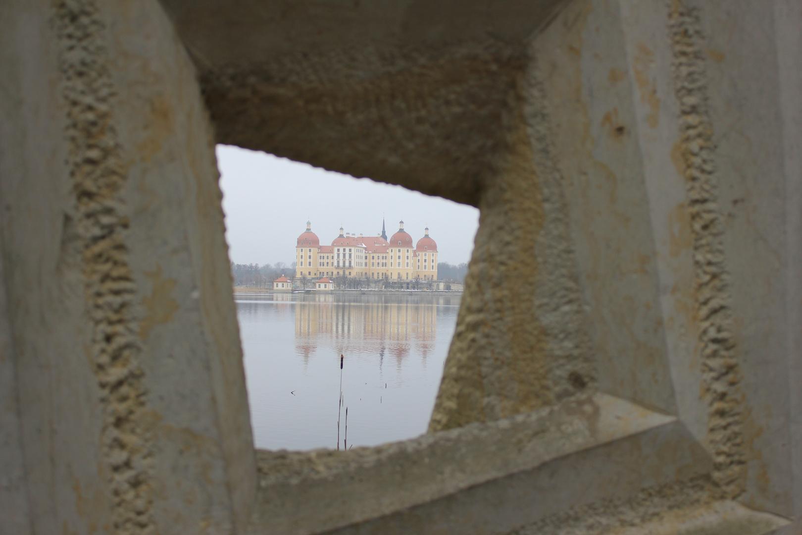 durchs Loch geguckt auf Schloss Moritzburg