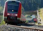 E-LOK 151 083-3 verfolgt auf dem zweiten Gleis einen Pendolino 612