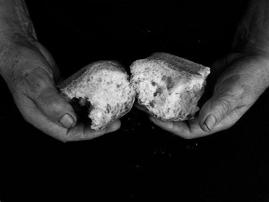 e spezzò il pane