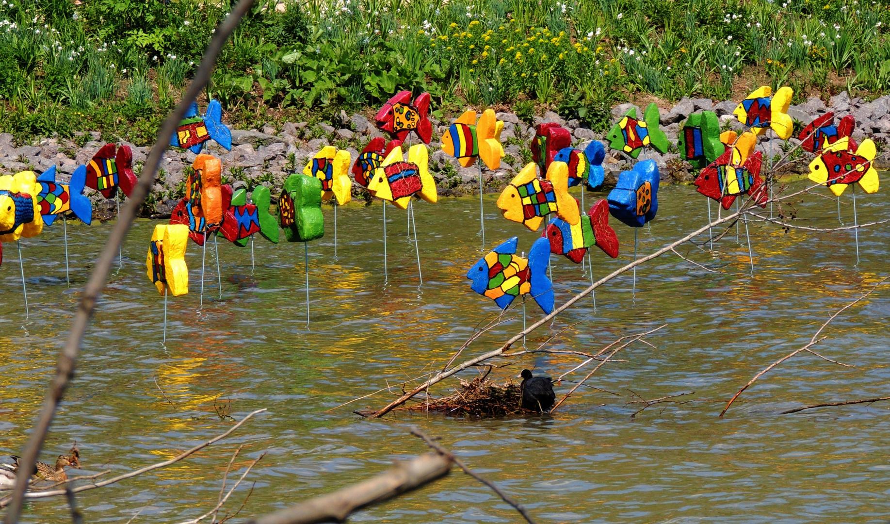 Echte und künstlerische Tiere am See