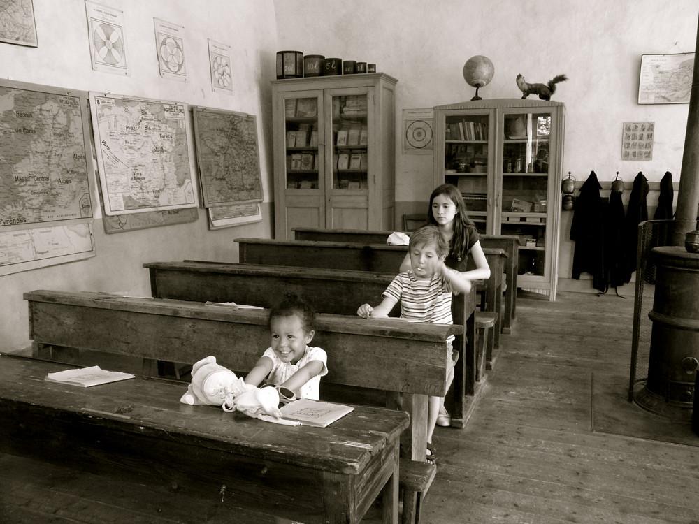 Ecole d'autrefois avec des enfants d'aujourd'hui...
