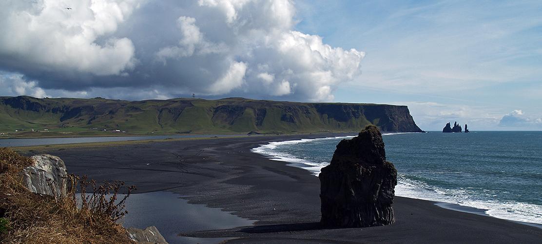 écumes blanches sur une plage noire