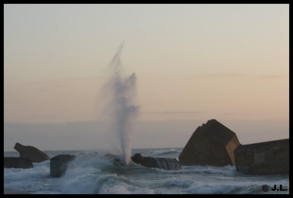 effet de vague original dans le soleil couchant