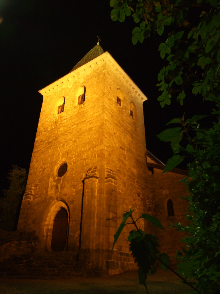 Eglise village de Teyssieu de nuit (Lot)