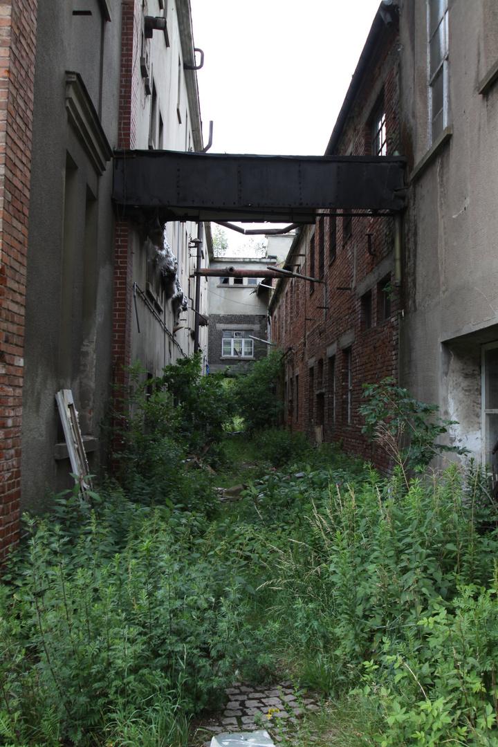 Ehemaliger Betriebsweg zwischen den Produktionshallen in der ehemaligen Spiritus- und Preßhefefabrik