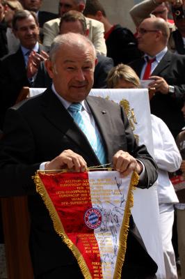 ehemliager bayerischer Ministerpräsident Günther Beckstein mit einem Bayern Wimpel