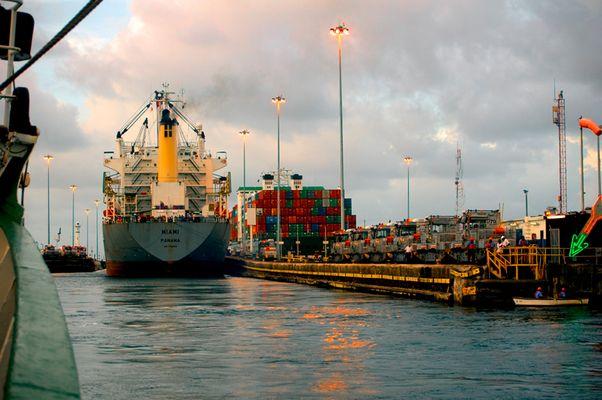 Eifahrt am Abend in den Panamakanal